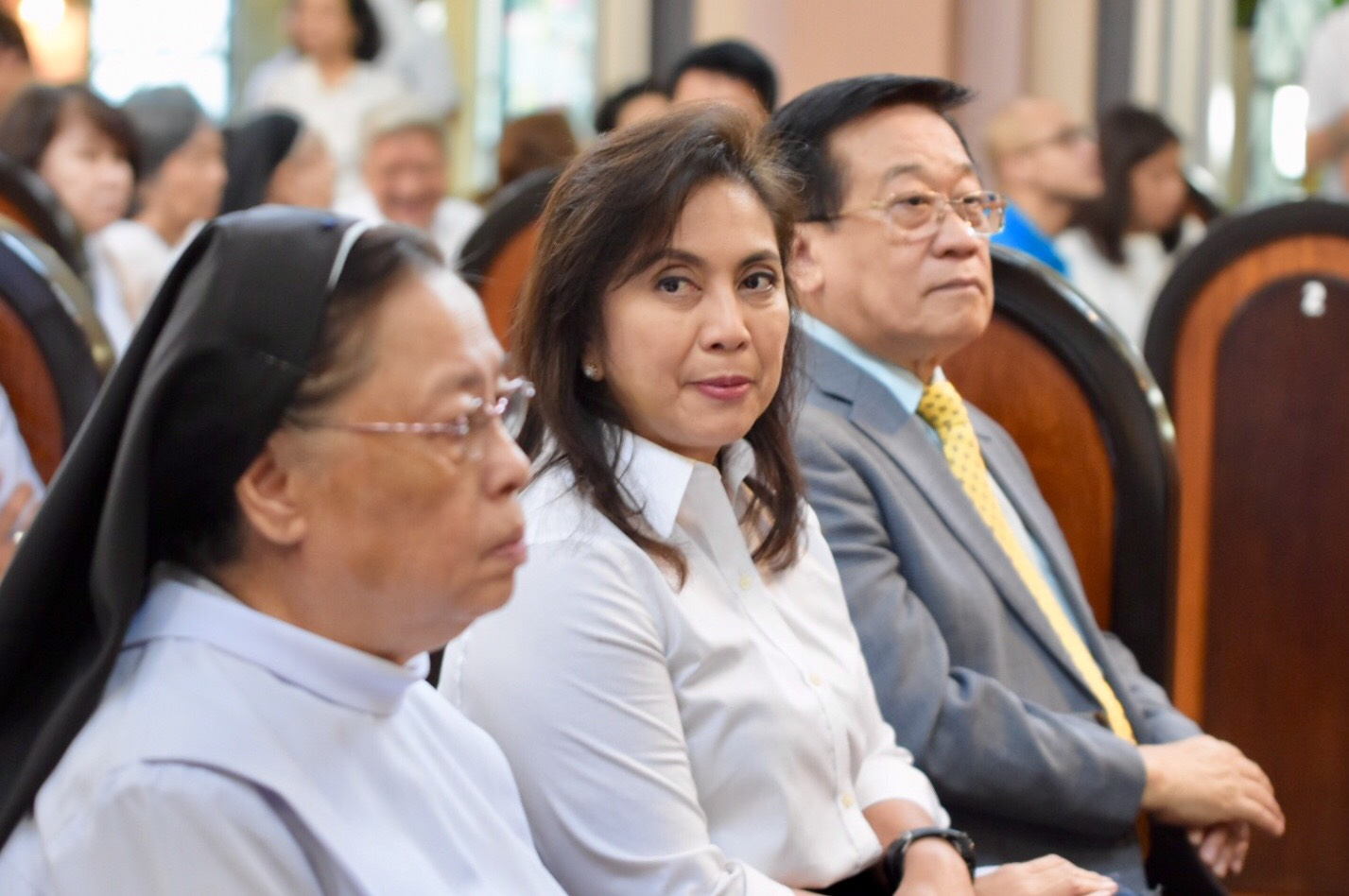 HEARING MASS. Vice President Leni Robredo sits beside her lawyer Romulo Macalintal and Sister Mary John Mananzan from the Order of St Benedict. Photo by LeAnne Jazul/Rappler