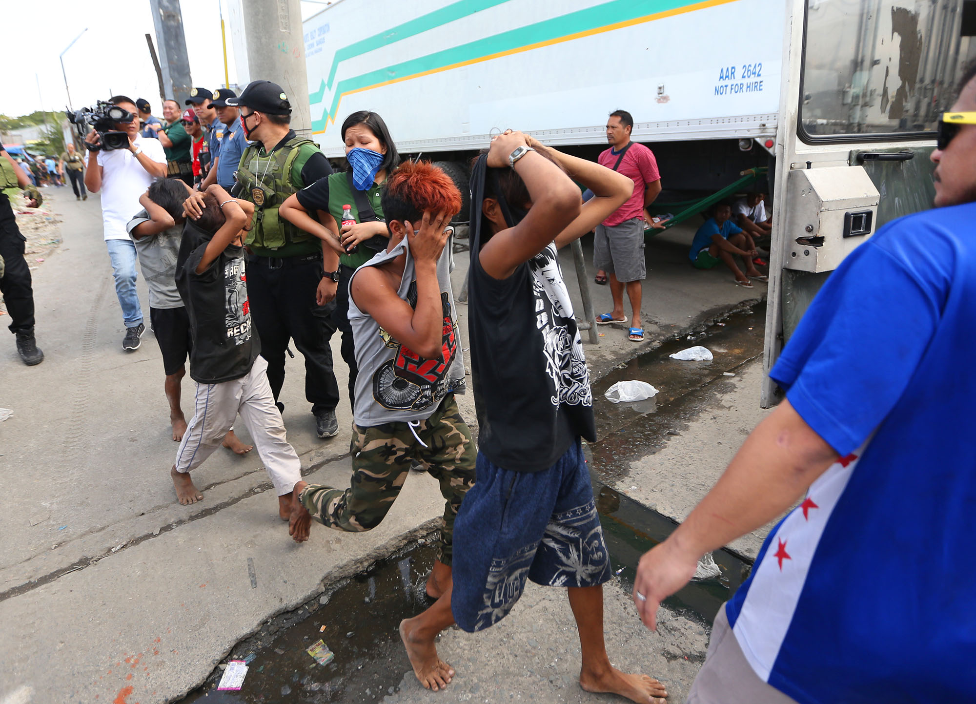 ROUNDUP. Philippine Drug Enforcement Agency agents herd children found in the vicinity of a drug raid at the Navotas Fish Port in Navotas on January 16, 2019. The operation was documented by media. Photo by Inoue Jaena/Rappler
