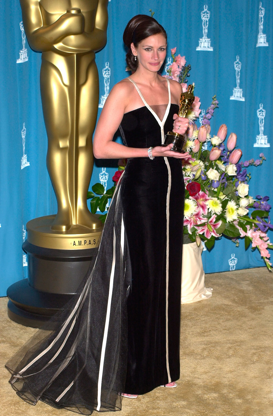 CLASSIC. Julia Roberts holds up her Best Actress award in a Valentino dress.