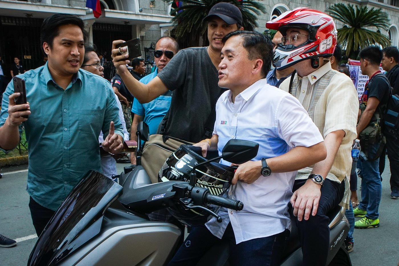 'RIDING IN TANDEM.' Bong Go with Alan Peter Cayetano outside the Comelec office in Manila on October 17, 2018. Photo by Jire Carreon/Rappler