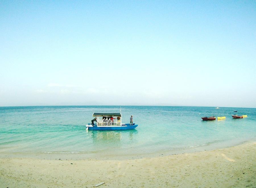 KAPAL KAYU. Kapal kayu mengangkut turis di sepanjang Pantai di Donggala. Foto: Rappler/Famega