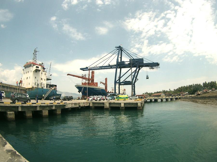 PANTOLOAN Pelabuhan Pantoloan, yang menjadi pelabuhan sekaligus terminal peti kemas. Pelabuhan ini menjadi salah satu pintu masuk barang-barang impor maupun lokal ke Indonesia Timur.