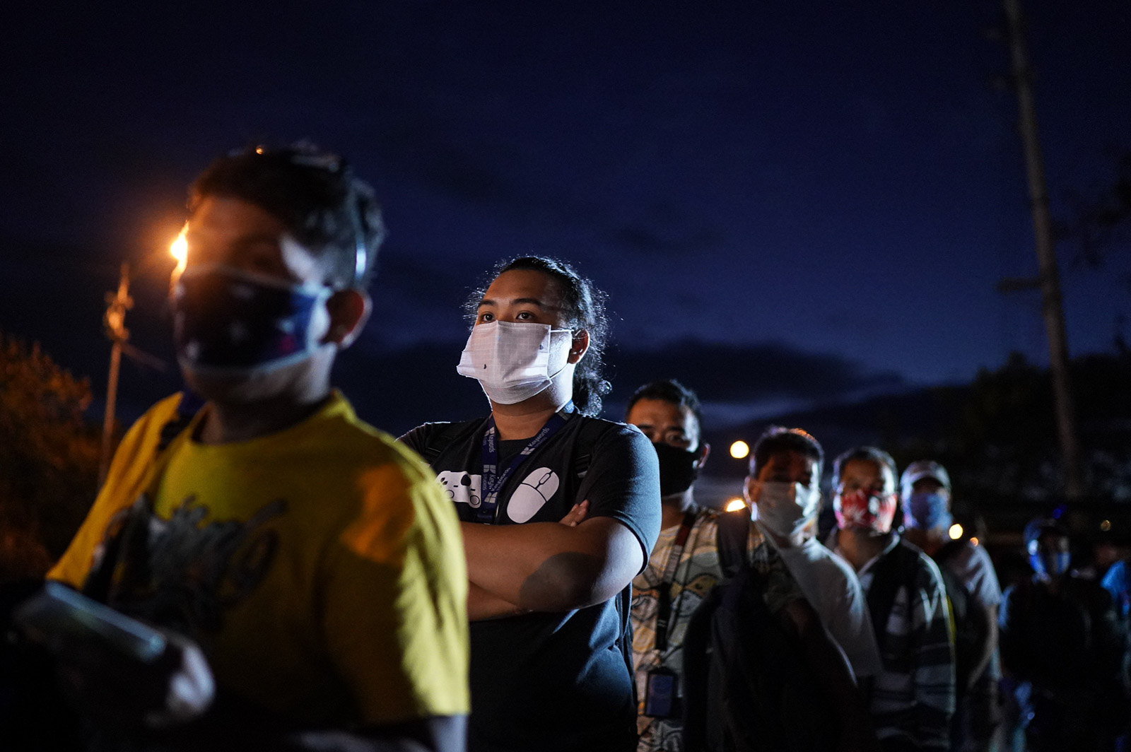 QUARANTINE. Policemen patrolling the community quarantine control point at the Susana Heights-SLEX exit check body temperature and identification cards of commuters on March 16, 2020. Photo by Martin San Diego/Rappler