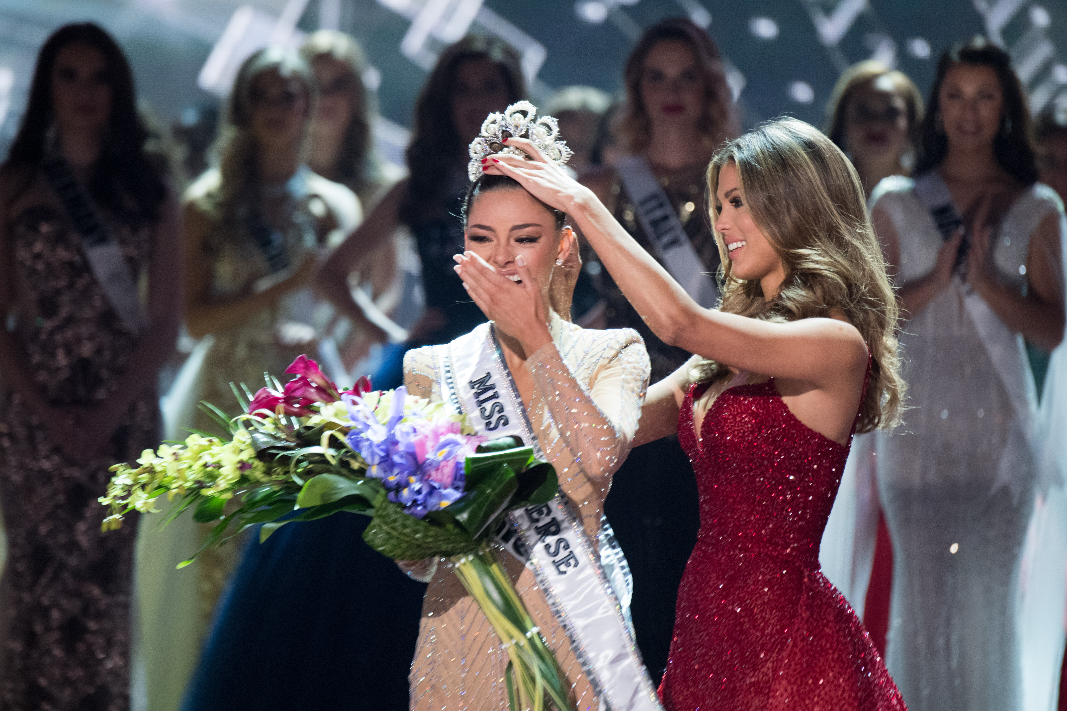 Iris crowns Demi-Leigh Nel-Peters, Miss South Africa 2017 as the new Miss Universe. Photo from Miss Universe Organization