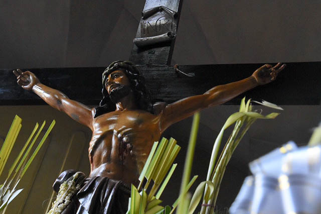JESUS' SACRIFICE. A crucifix is displayed during the Palm Sunday rites in Baclaran Church on March 25, 2018. Photo by Angie de Silva/Rappler