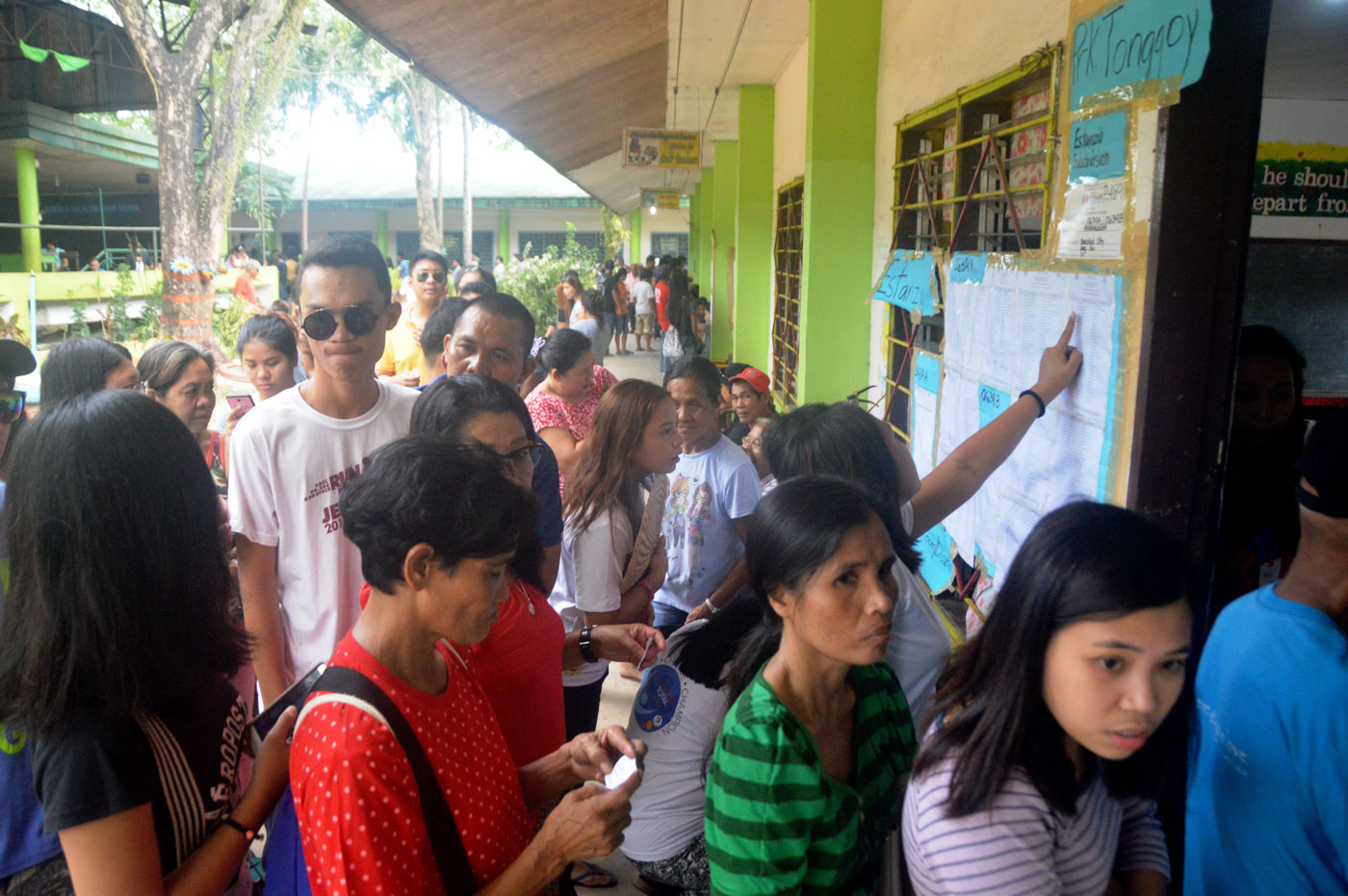 RESIDENTS of Barangay Mandalagan, Bacolod City, cast their votes at Mandalagan Elementary School. Photo by Marchel P. Espina/Rappler