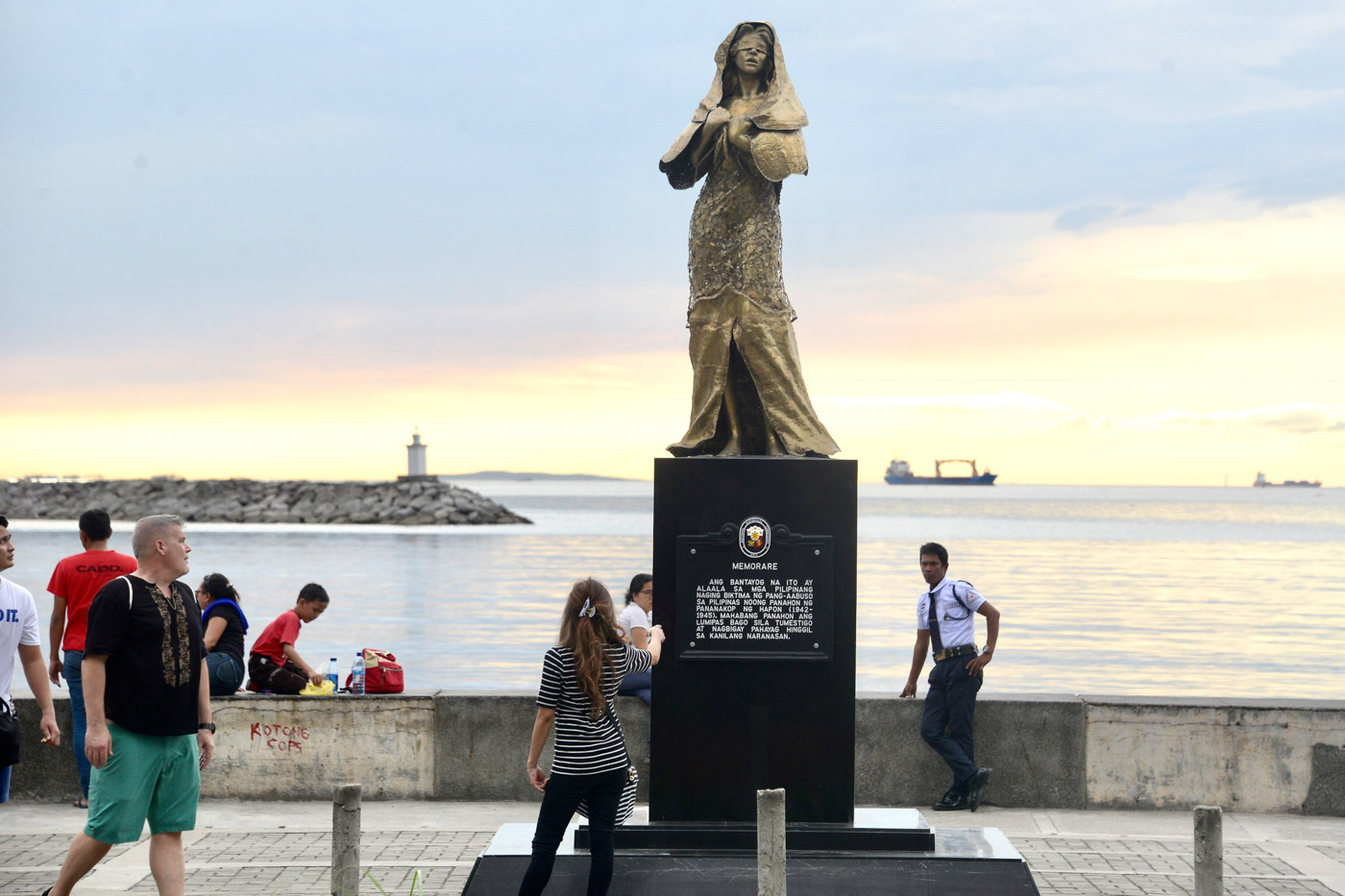 CONTROVERSIAL STATUE. This statue of a comfort woman along Roxas Boulevard has generated controversy since it was inaugurated on December 8, 2017. Photo by Angie de Silva/Rappler