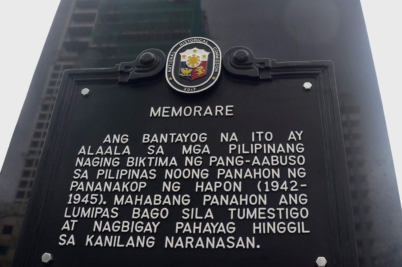 OFFICIAL MARKER. The comfort woman statue along Roxas Boulevard bears the official marker of the National Historical Commission of the Philippines. Photo by Angie de Silva/Rappler