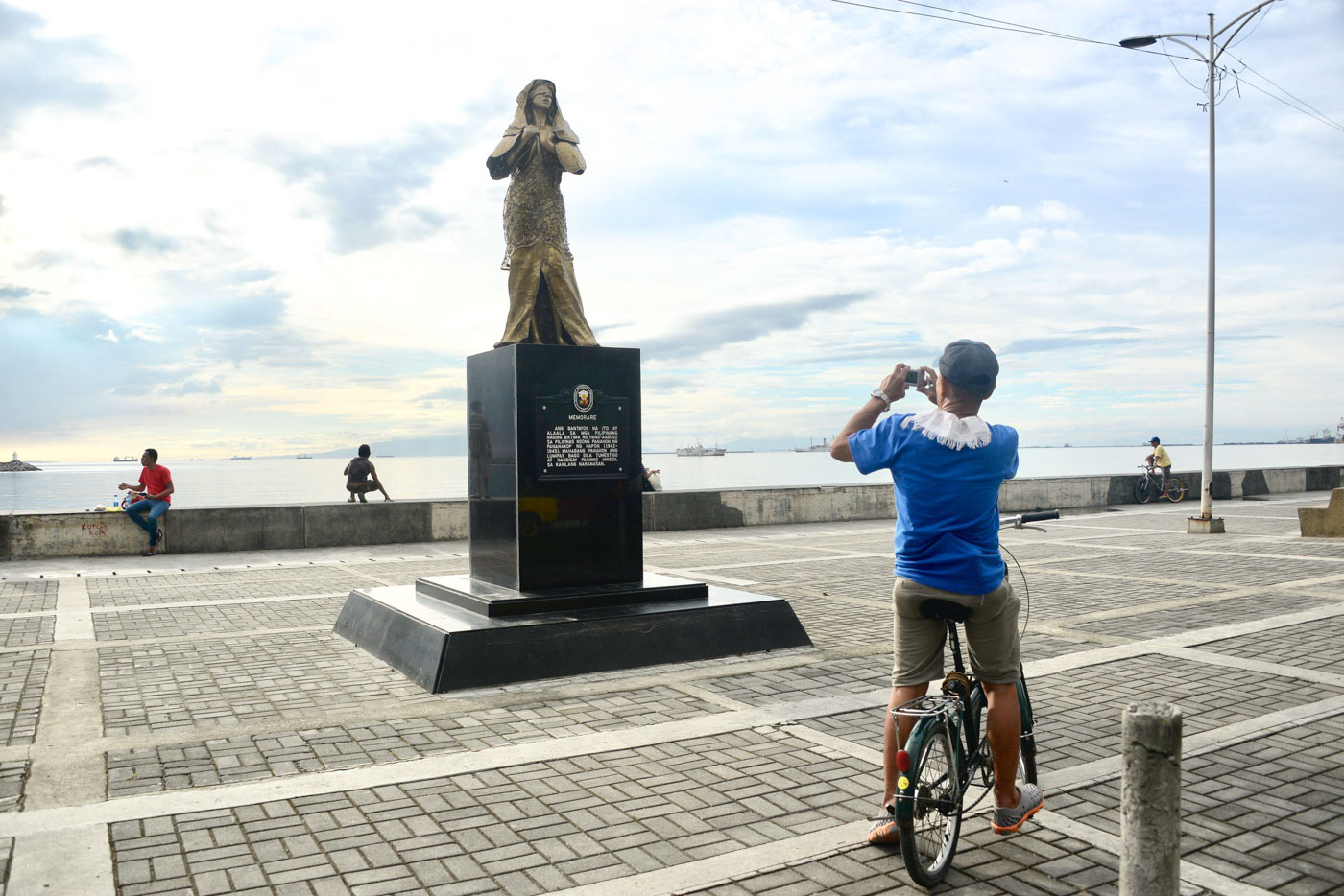 TOURIST ATTRACTION. Controversies aside, the comfort woman statue along Roxas Boulevard has drawn the attention of Manila's passersby. Photo by Angie de Silva/Rappler