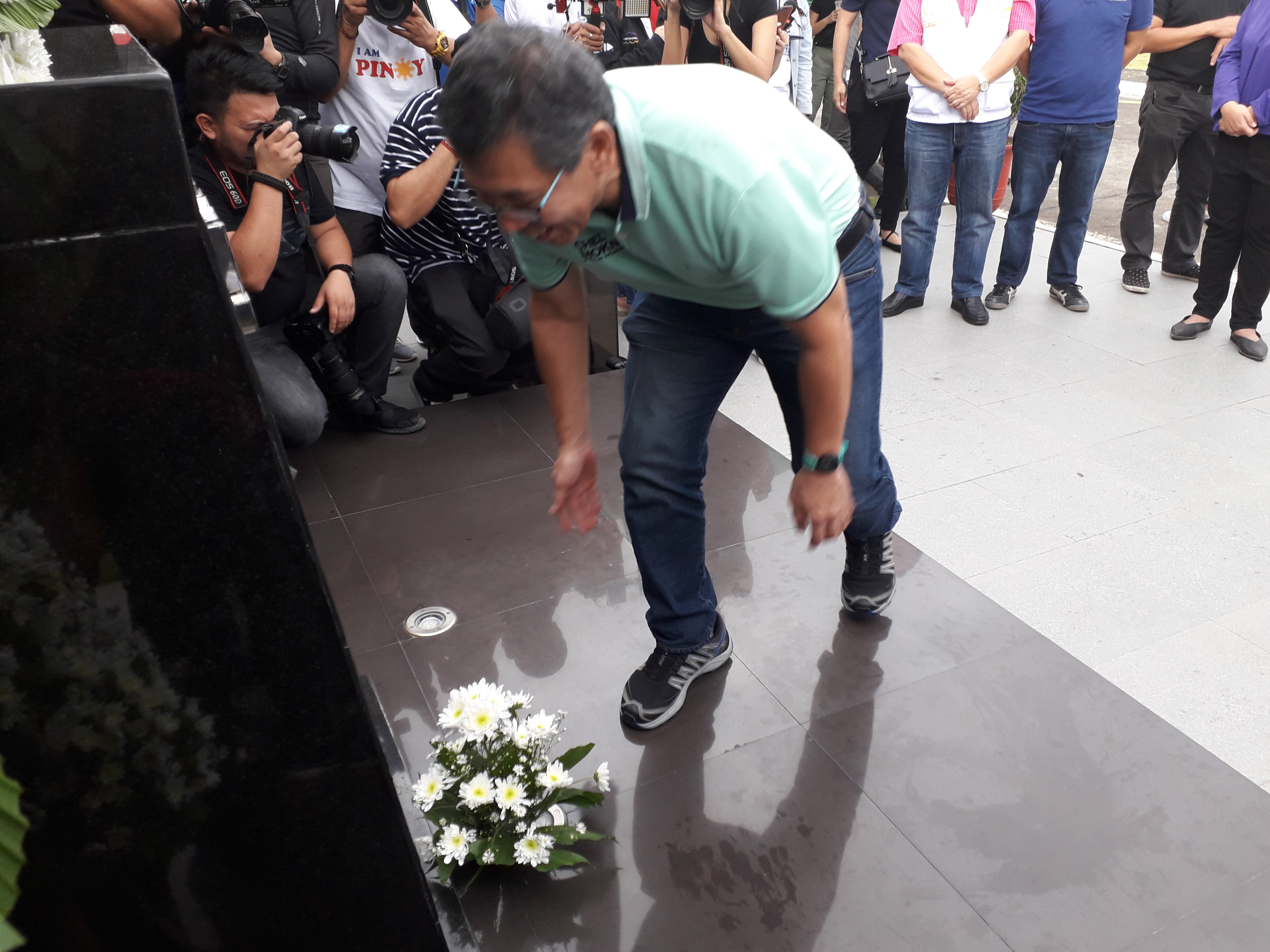 OFFERING. Human rights lawyer Chel Diokno offers flowers for the late Jesse Robredo. Photo by Mara Cepeda/Rappler