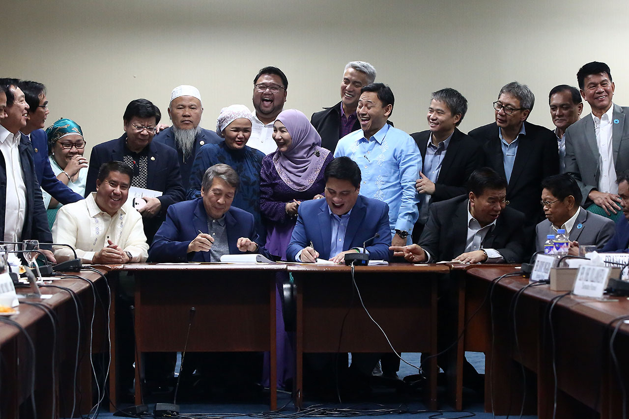 CEREMONIAL SIGNING. House Majority Leader Rodolfo Fariu00f1as and Senate Majority Leader Juan Miguel Zubiri sign the proposed Bangsamoro Organic Law on July 18, 2018. Photo by Ben Nabong/Rappler