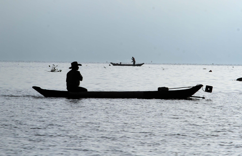 PERANGKAP. Nelayan tradisional Lut Tawar menangkap ikan dengan menggunakan perangkap di Danau Laut Tawar, Takengon, Aceh Tengah, Aceh, Minggu, 26 Maret. Foto oleh  Rahmad/ANTARA