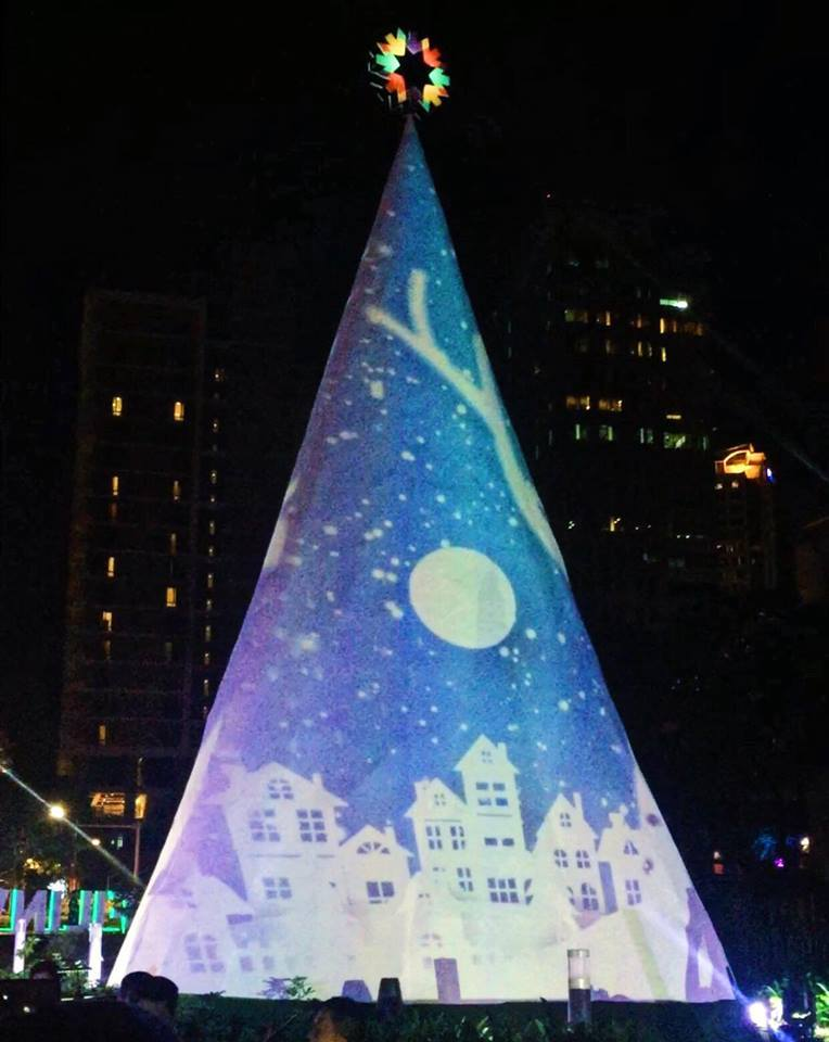 SPARKLE OF CHRISTMAS. Filinvest City's tree features 3D mapping. Photo from Facebook.com/FilinvestCity