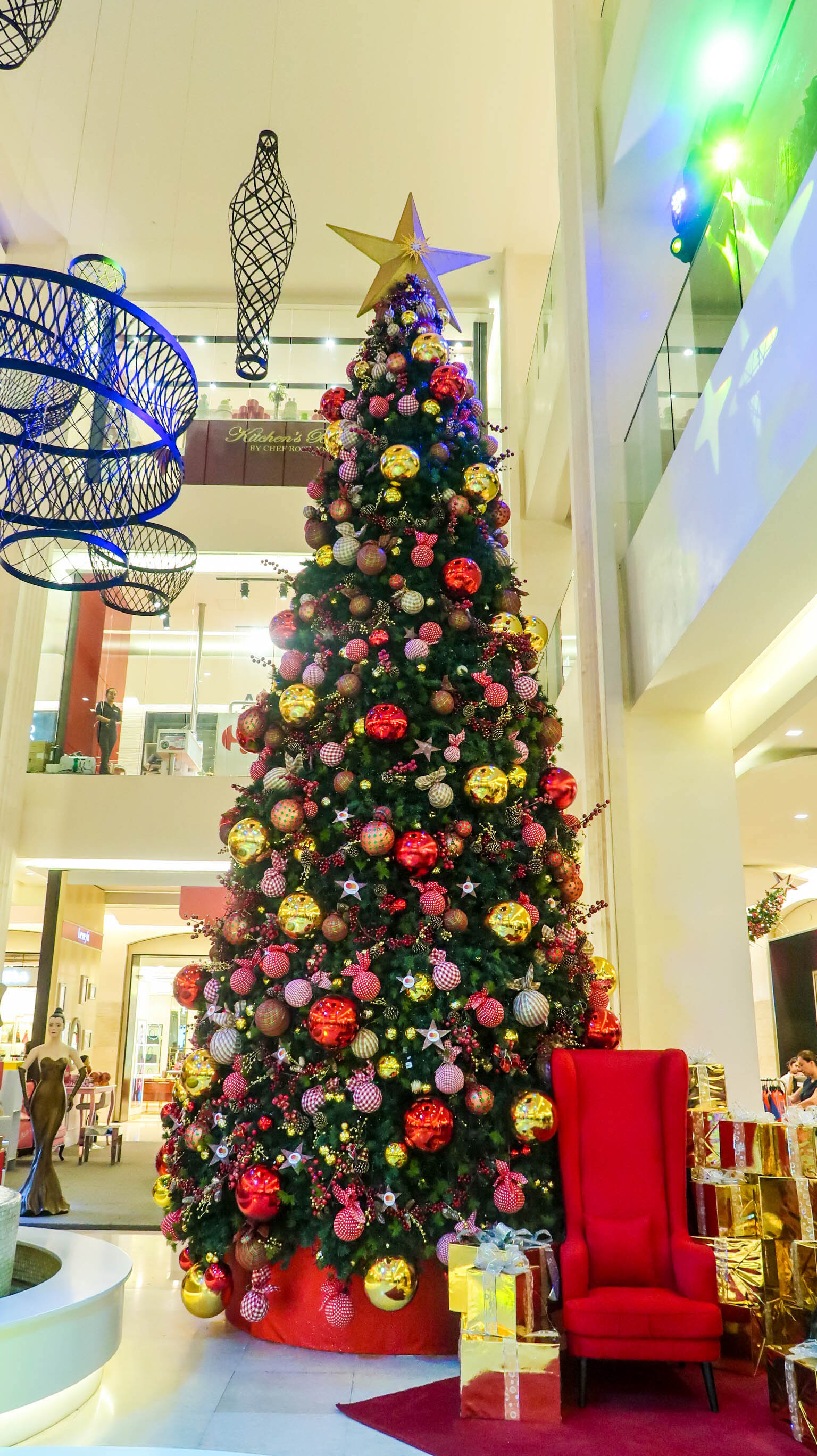 FEELING FESTIVE. Central Square's big Christmas tree is now on display. Photo by Precious del Valle/Rappler