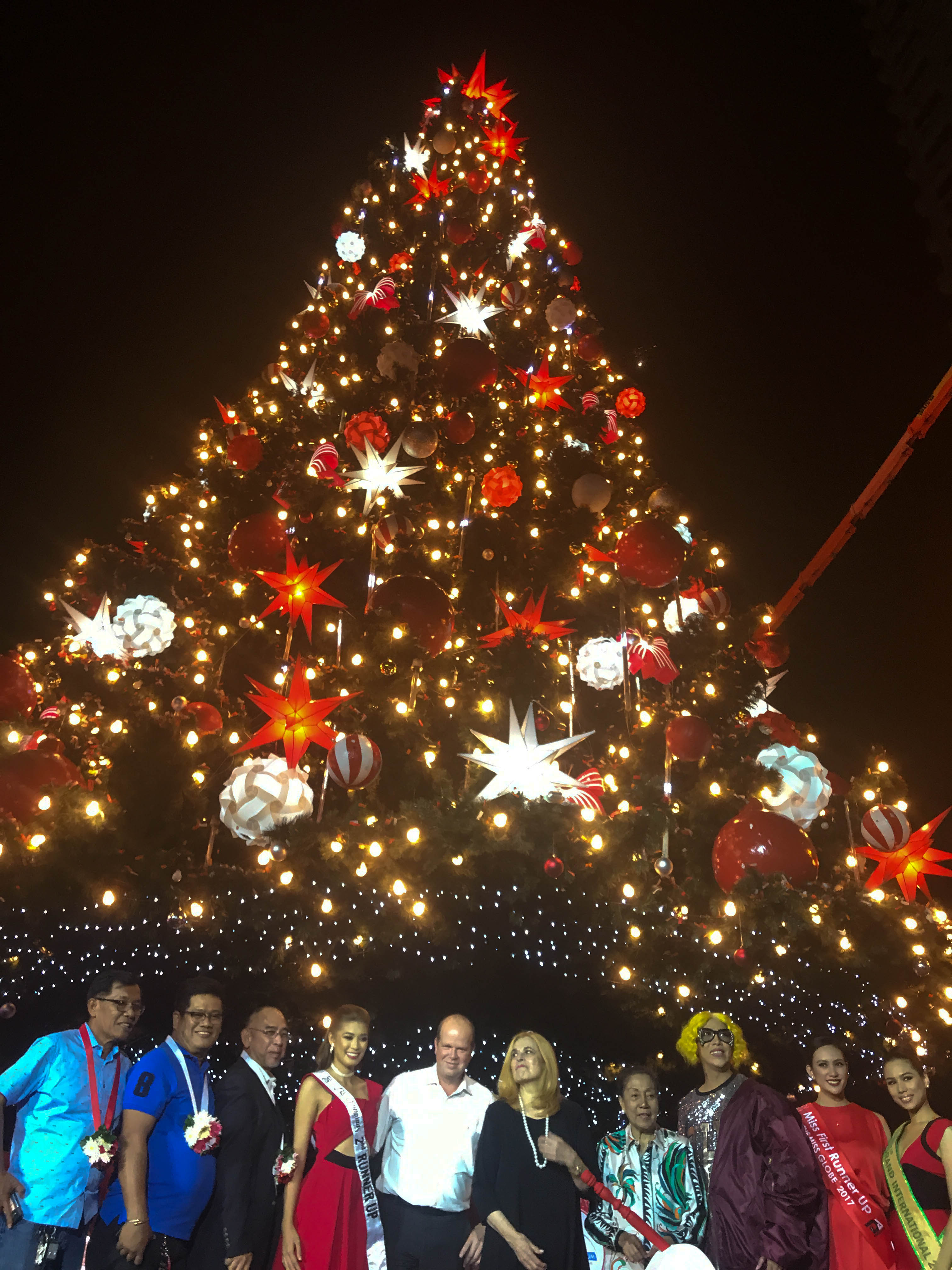 ARANETA TREE. Vice Ganda, together with the Bb Pilipinas queens and Stella Araneta lead the lighting of the big tree in Araneta Center. Photo by Precious del Valle/Rappler