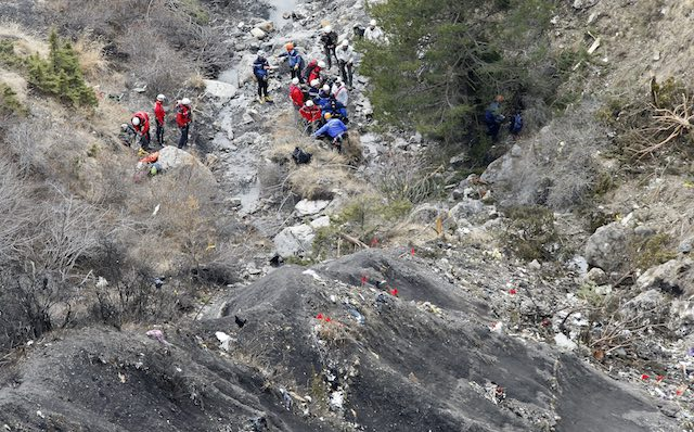 DEBRIS. Search and rescue workers at the crash site of the Germanwings Airbus A320 that crashed in the French Alps, above the town of Seyne-les-Alpes, southeastern France, 25 March 2015. Guilliaume Horcajuelo/EPA