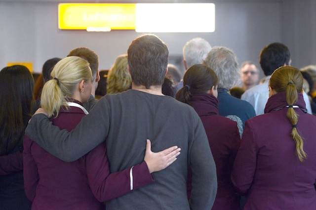 IN MOURNING. Lufthansa and Germanwings employees stand for a minute of silence at the airport in Duesseldorf, Germany, 26 March 2015. Caroline Seidel/EPA