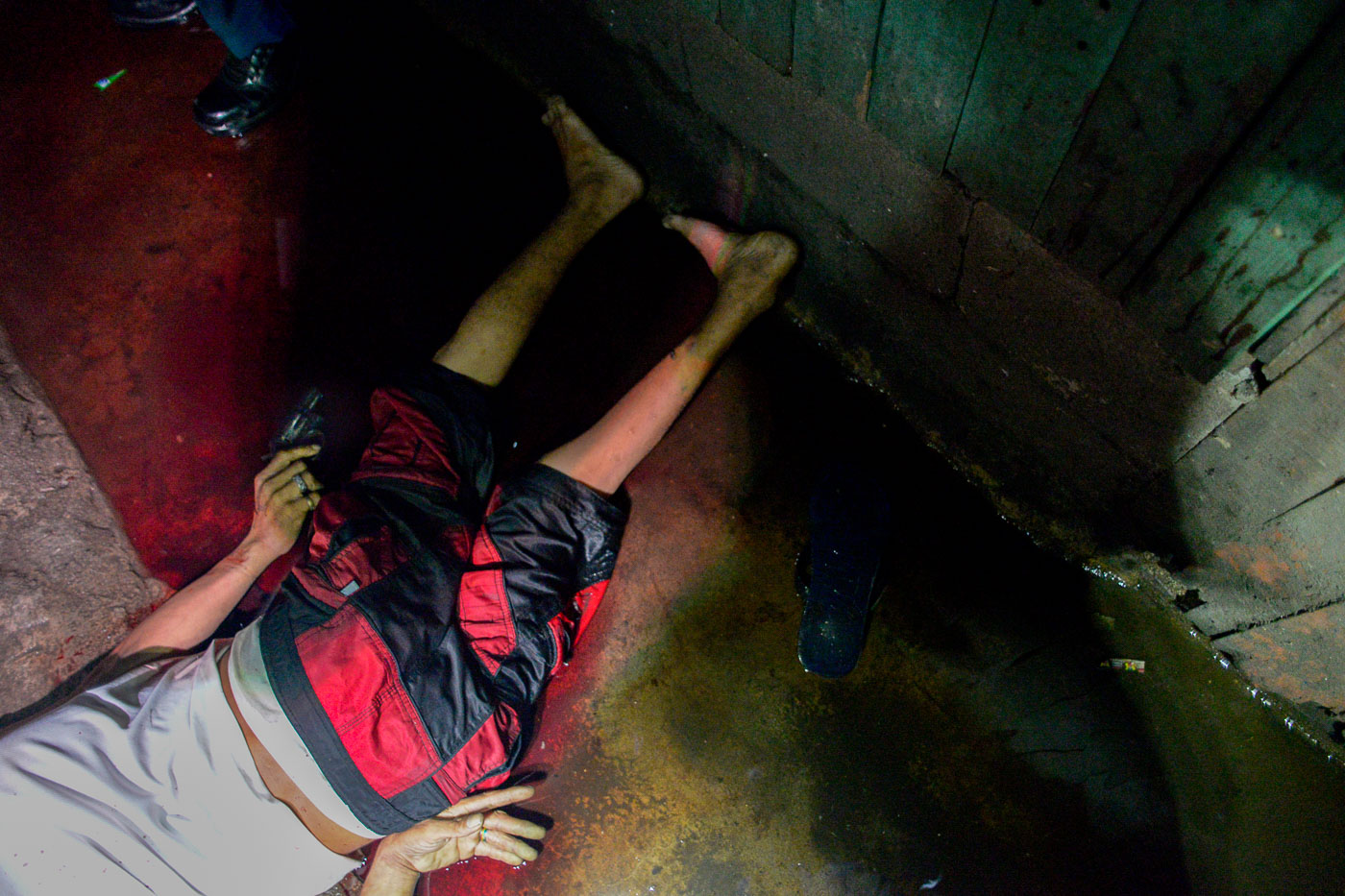 NANLABAN? Police identifies a body of an alleged drug suspect killed in a shoot out in Brgy. 105 Tondo, Manila on July 21, 2016. Photo by Leanne Jazul/Rappler
