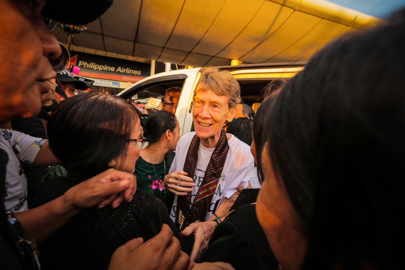 SEND-OFF. Australian nun Sister Patricia Fox arrives at the Philippines' Ninoy Aquino International Airport on November 3, 2018, as a huge crowd gathers to send her off. Photo by Jire Carreon/Rappler