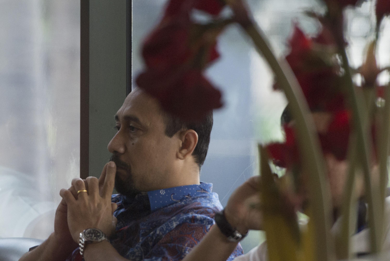 Mantan anggota DPR Komisi V Andi Taufan Tiro menunggu pemeriksaan di lobi gedung KPK, pada 13 Juni 2016. Foto oleh Rosa Panggabean/Antara