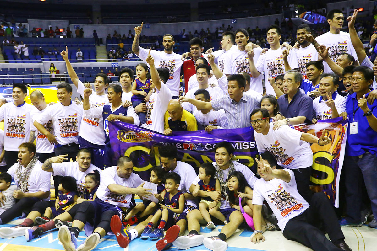 CHAMPIONS. Rain or Shine finishes the 2016 Commissioner's Cup on top. Photo by Josh Albelda/Rappler