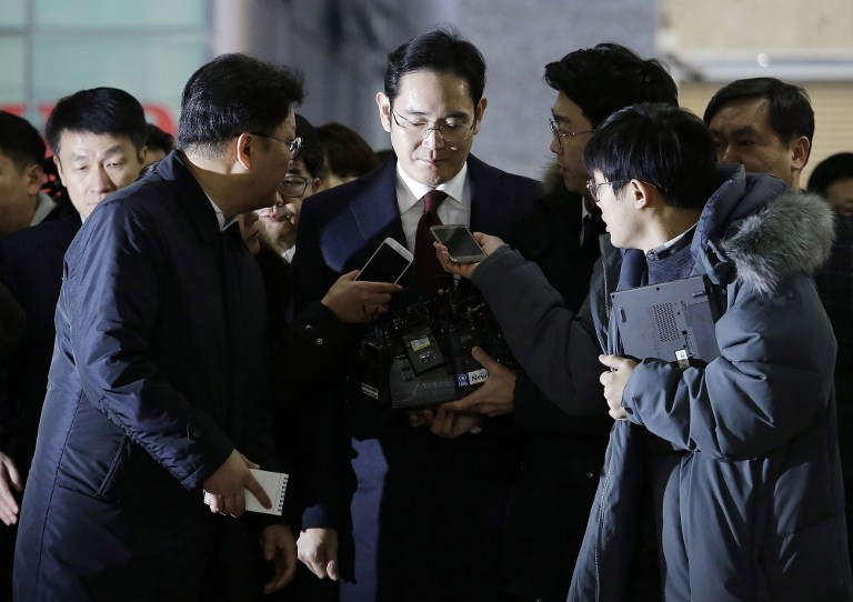 FACING SCANDAL. Lee Jae-yong (C) vice chairman of Samsung Electronics, arrives to be questioned as a suspect in a corruption scandal that led to the impeachment of President Park Geun-Hye, at the office of the independent counsel in Seoul on January 12, 2017. Ahn Young-Joon / Pool / AFP