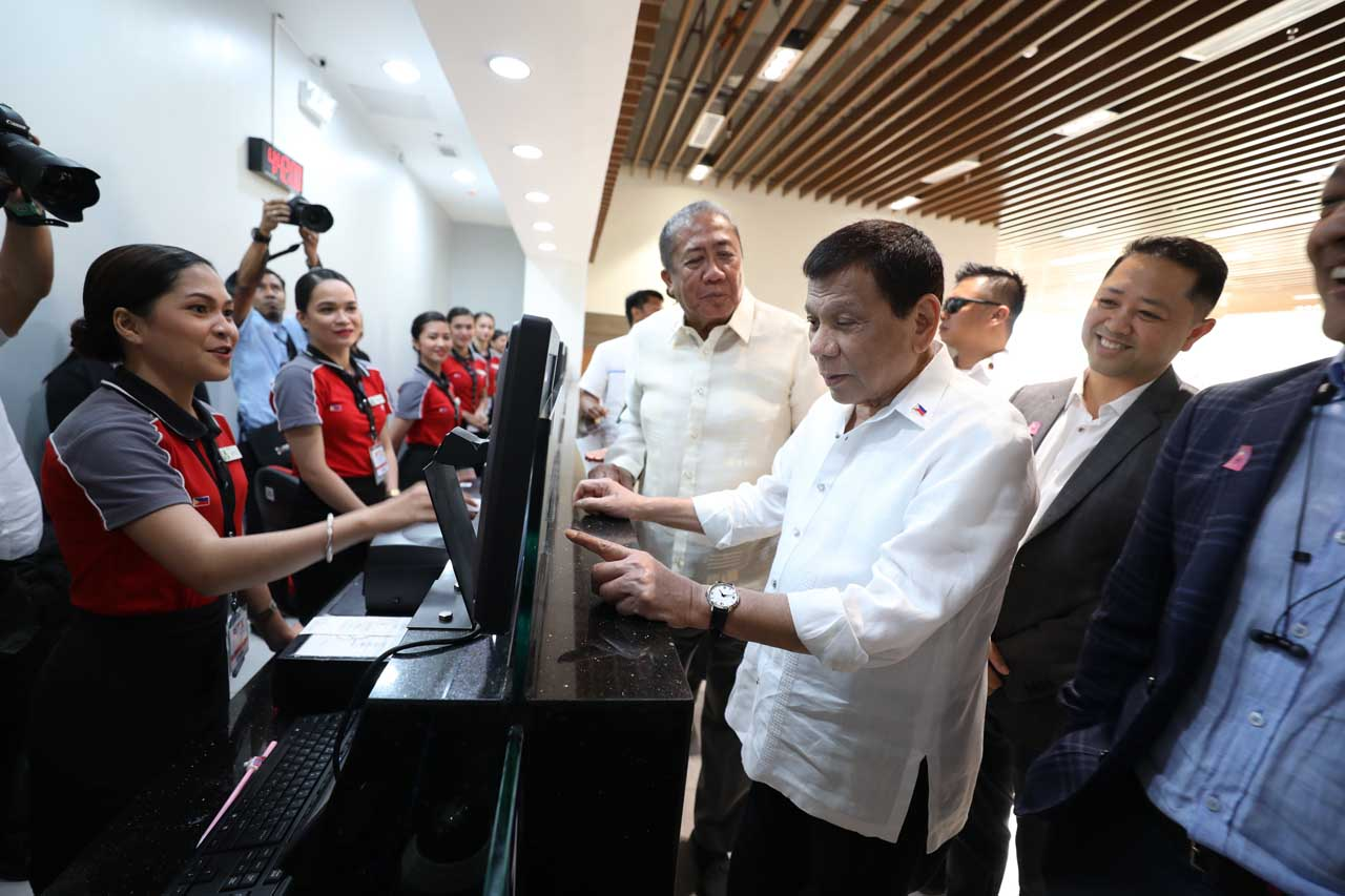 TESTING. President Rodrigo Duterte tries out the facilities of the Parau00f1aque Integrated Terminal Exchange on November 5, 2018. Malacau00f1ang photo