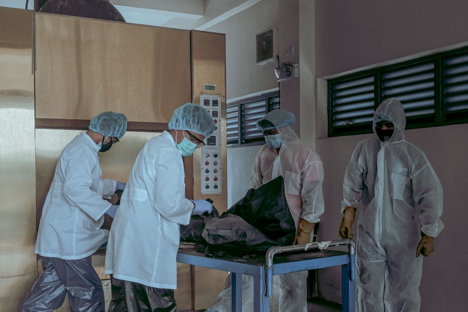 READY. Crematorium staff prepare the tightly-wrapped cadaver bag based on the guidelines set by the Department of Health. Photo by Alecs Ongcal/Rappler