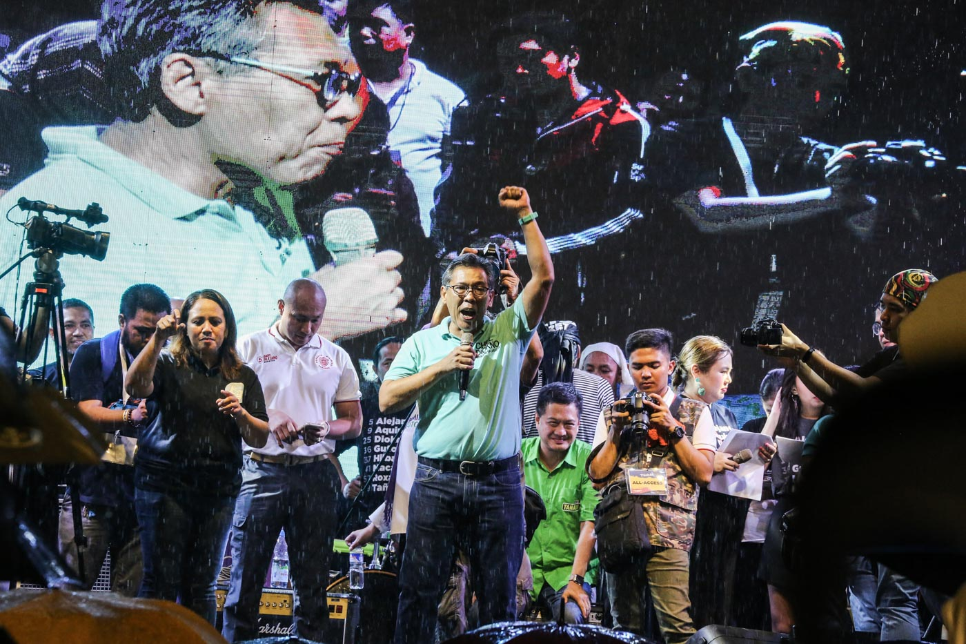 THE GOOD FIGHT. Human rights lawyer Chel Diokno rallies the crowd.