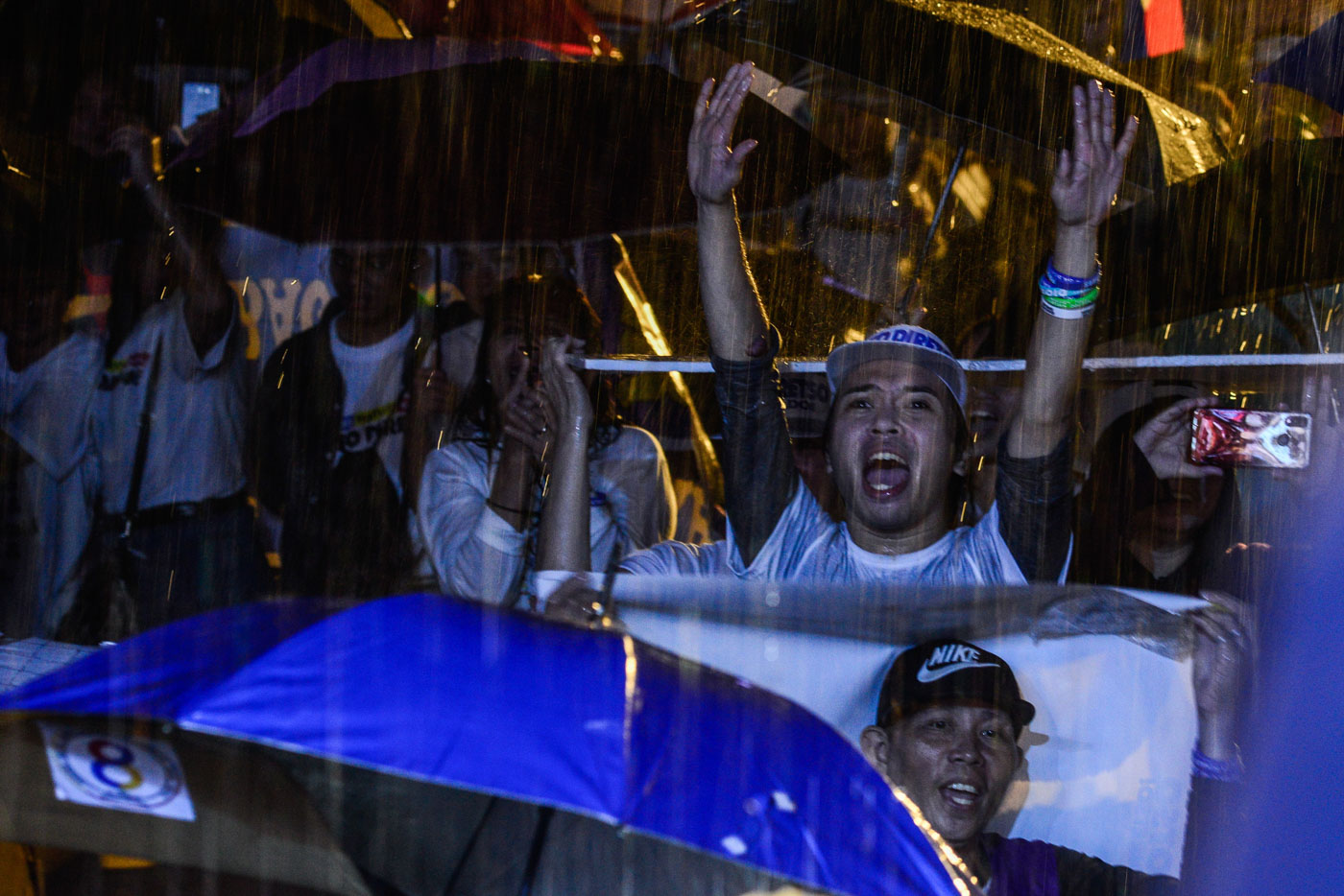 NO UMBRELLA? NO PROBLEM. Even without an umbrella, this rain-soaked supporter goes all out for Otso Diretso.