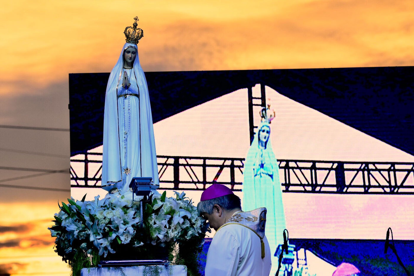 MOTHER AND SON. Lingayen-Dagupan Archbishop Socrates Villegas prays before an image of Our Lady of Fatima in an anti-EJK event at the People Power Monument on November 5, 2017. Photo by Angie de Silva/Rappler