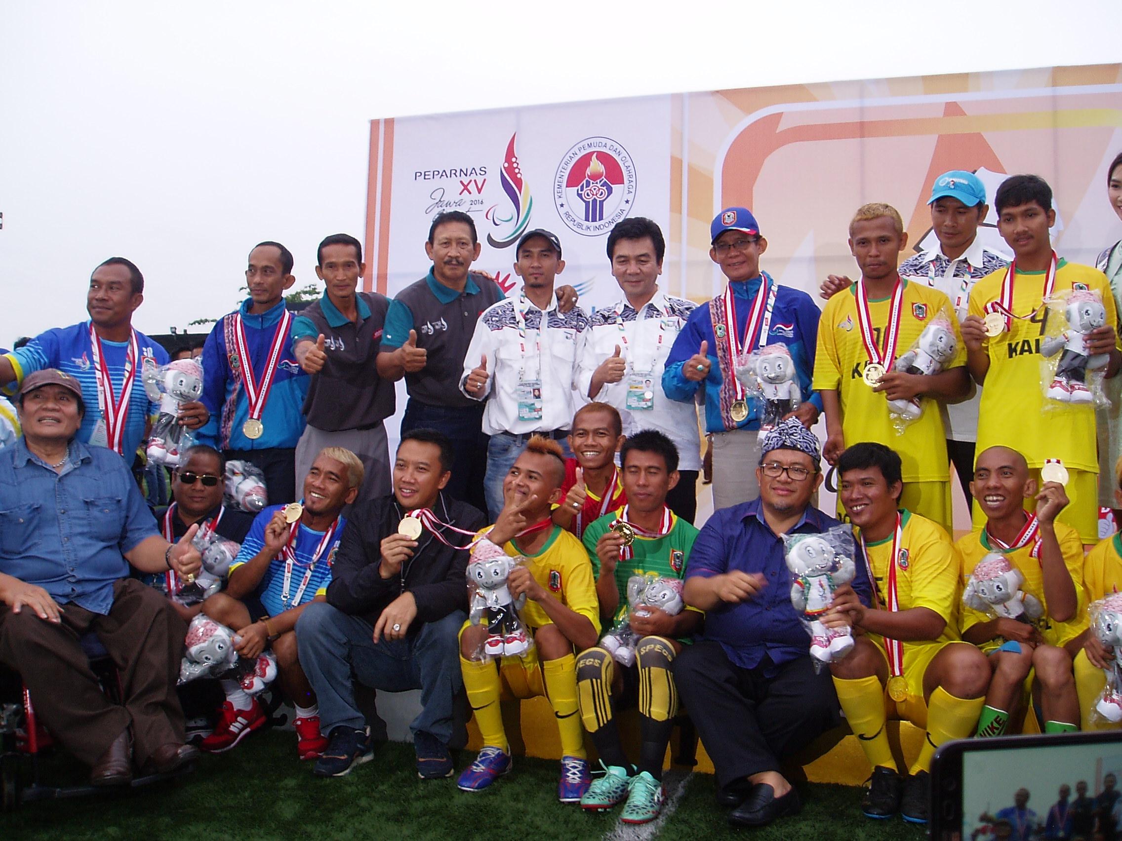 Ketua NPCI Pusat Sonny Marbun (ujung kiri),u00a0Menpora Imam Nahrawi, dan Ketua Umum PB Peparnas XV/2016 Jawa Barat Ahmad Heryawan, berfoto bersama tim sepakbola Kalimantan Selatan mendapat medali emas, pada 23 Oktober 2016. Foto oleh Yuli Saputra/Rappler