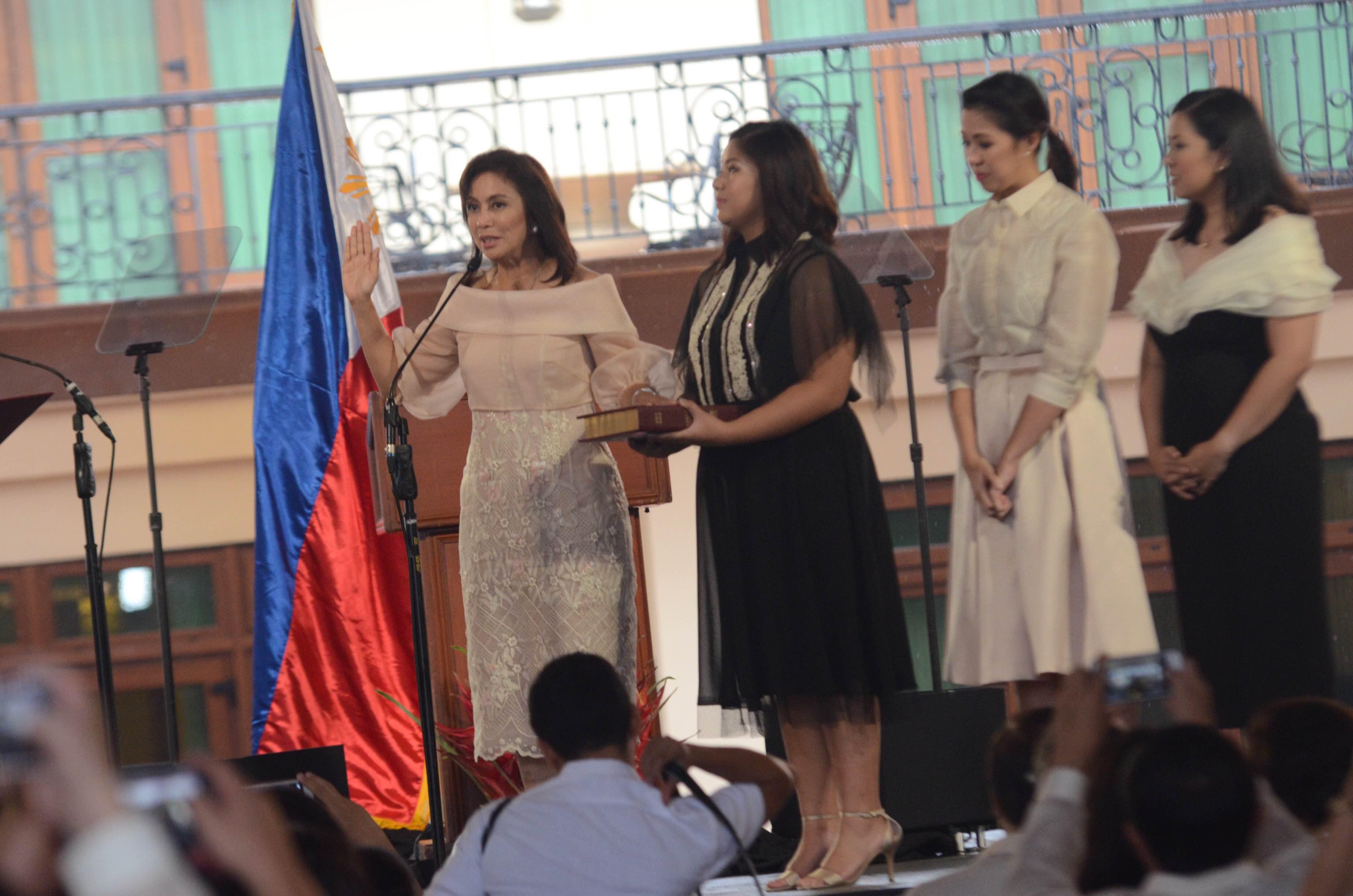NEW VP. Vice President Leni Robredo takes her oath beside 3 daughters (from left) Jillian, Aika, Tricia. Screen shot from Rappler