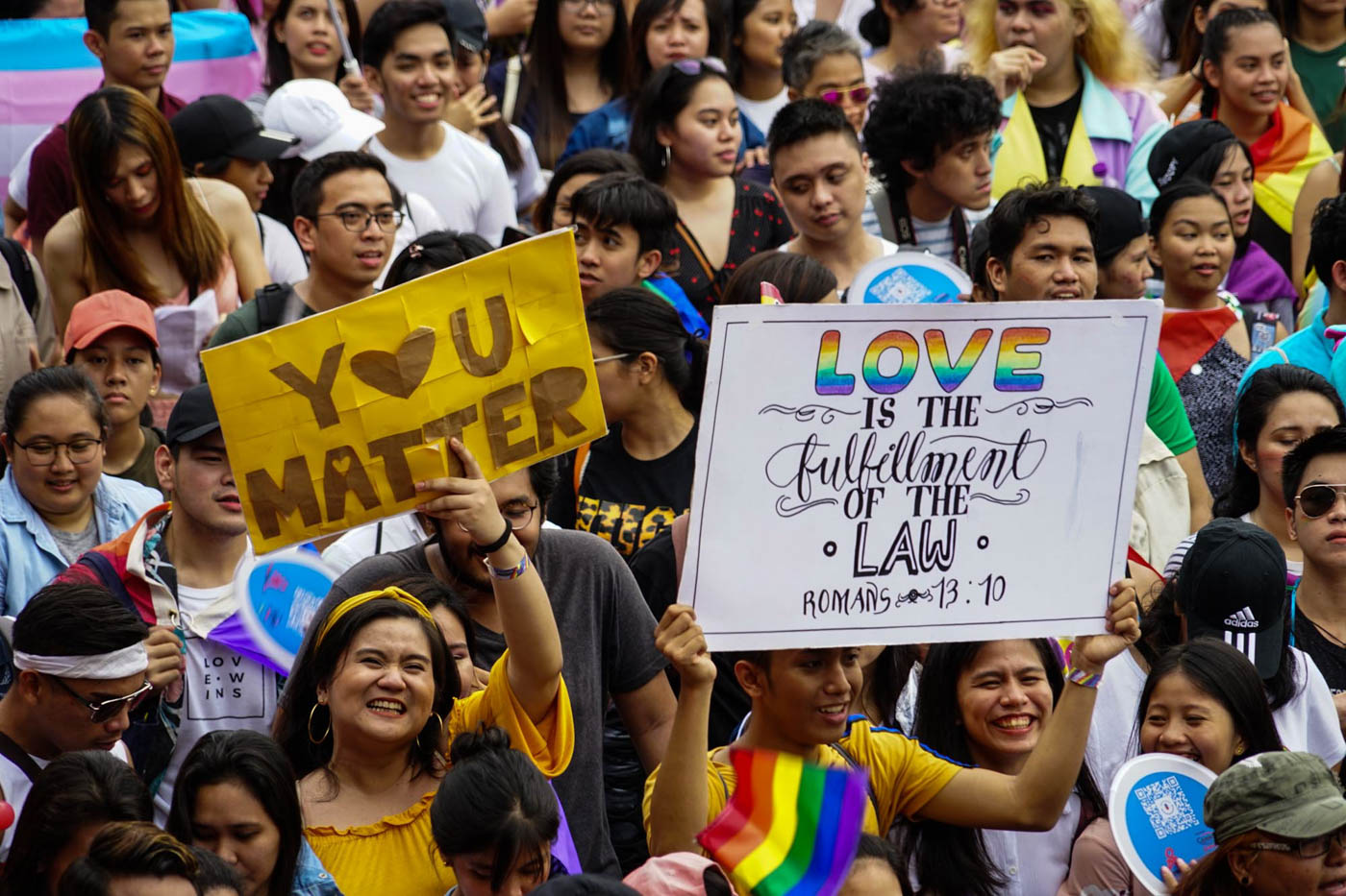 SIGN LANGUAGE. The LGBT community and its allies spread messages of love through signs at Metro Manila Pride 2018. File photo by Jire Carreon/Rappler