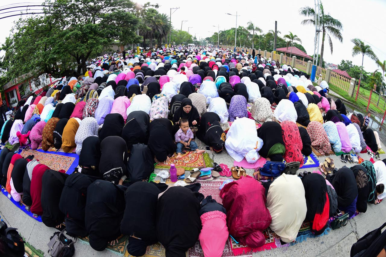 CELEBRATION. Muslims in prayer at the Blue Mosque in Taguig City. Photos by Maria Tan/Rappler