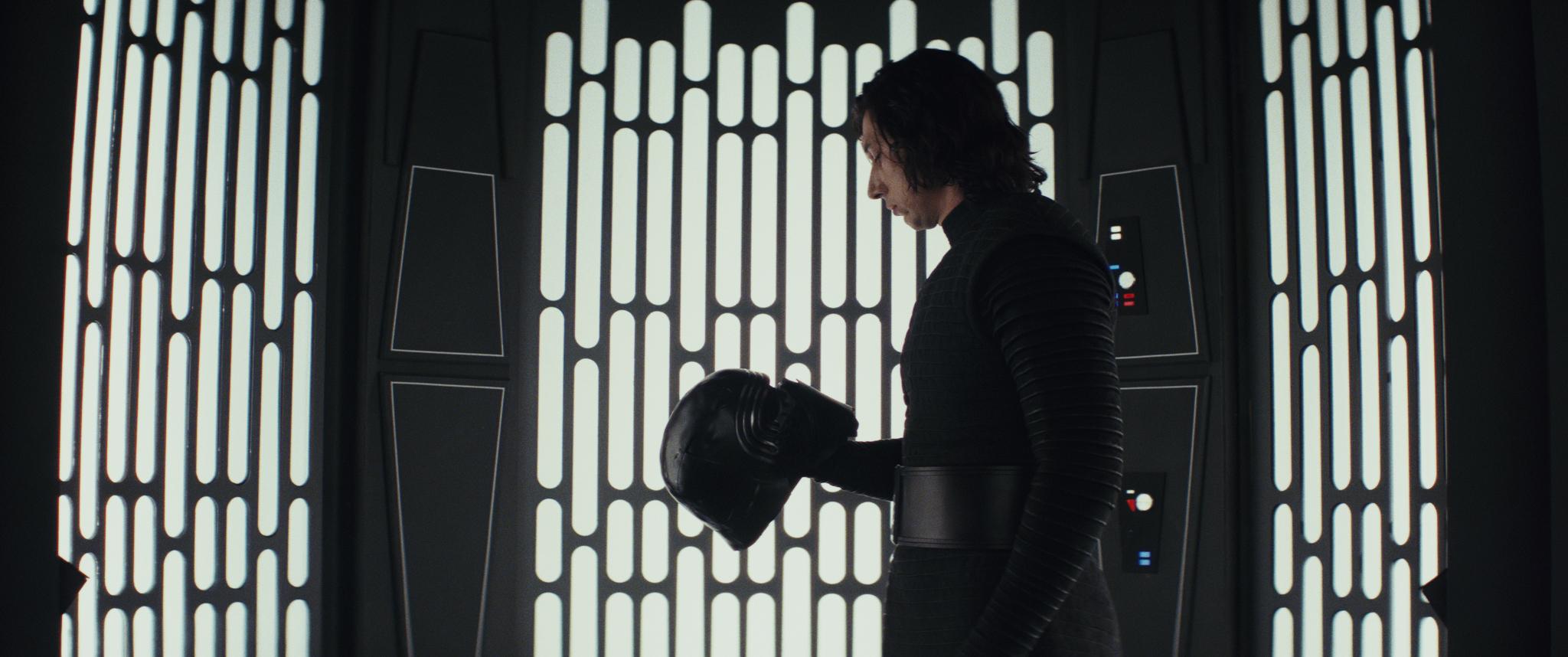 Adam Driver sebagai Kylo Ren dalam 'Star Wars: The Last Jedi'. Foto dari starwars.com