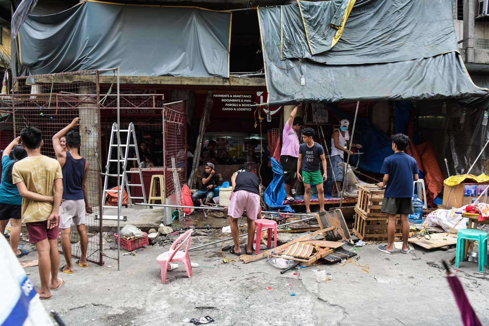 DISMANTLED. Vendors rush to take down their stalls in Divisoria. Photo by LeAnne Jazul/Rappler