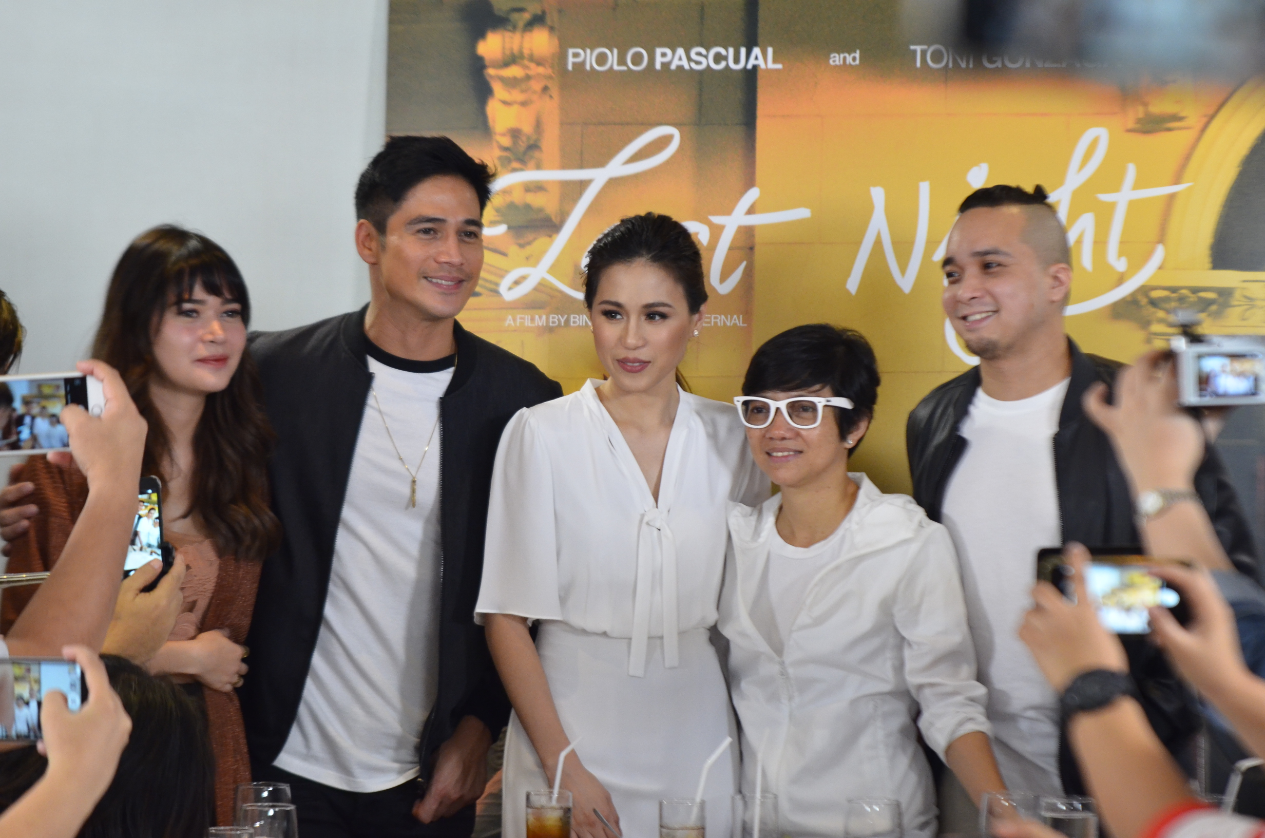 'LAST NIGHT'. Bela Padilla, Piolo Pascual, Toni Gonzaga, Joyce Bernal, and Neil Arce pose for photos during the bloggers' conference.