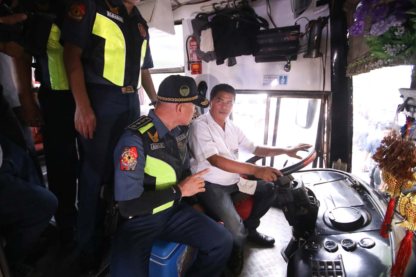 CHAT. PNP chief Oscar Albayalde speaks with a bus driver during his inspection of the Araneta Center Bus terminal in Quezon City. Photo by Darren Langit/Rappler