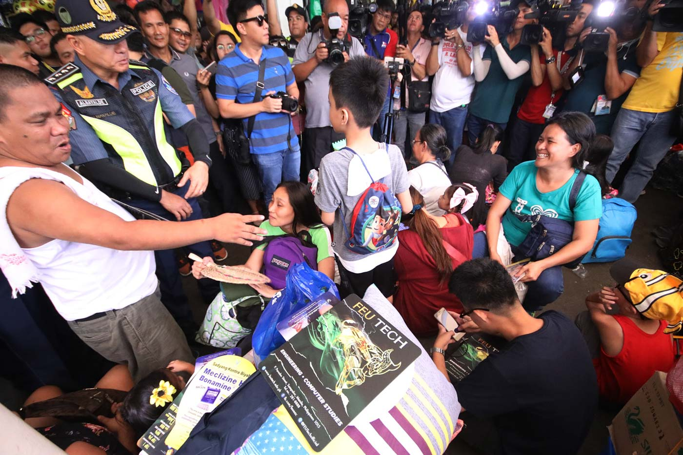 INTERACTION. Albayalde chats with passengers waiting for their bus ride. Photo by Darren Langit/Rappler