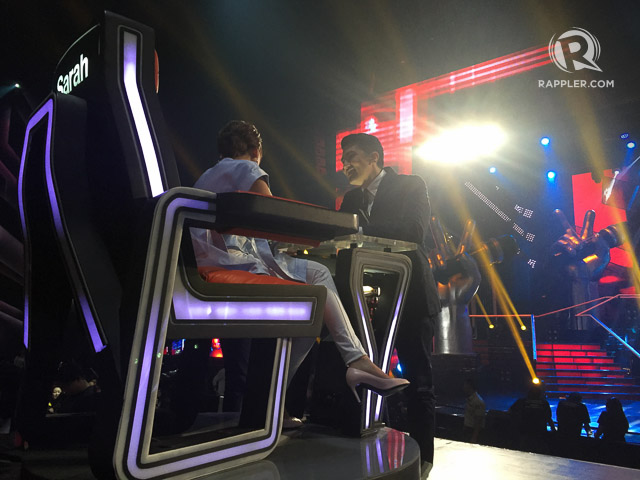 COMMERCIAL BREAK. Host Luis Manzano chats with coach Sarah G during the break. Photo by Vernise L. Tantuco/Rappler.com