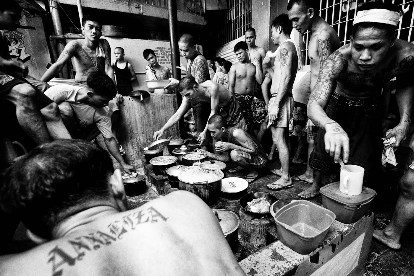 MEAL TIME. Inmates prepare to have their meal. Photo by Rick Rocamora