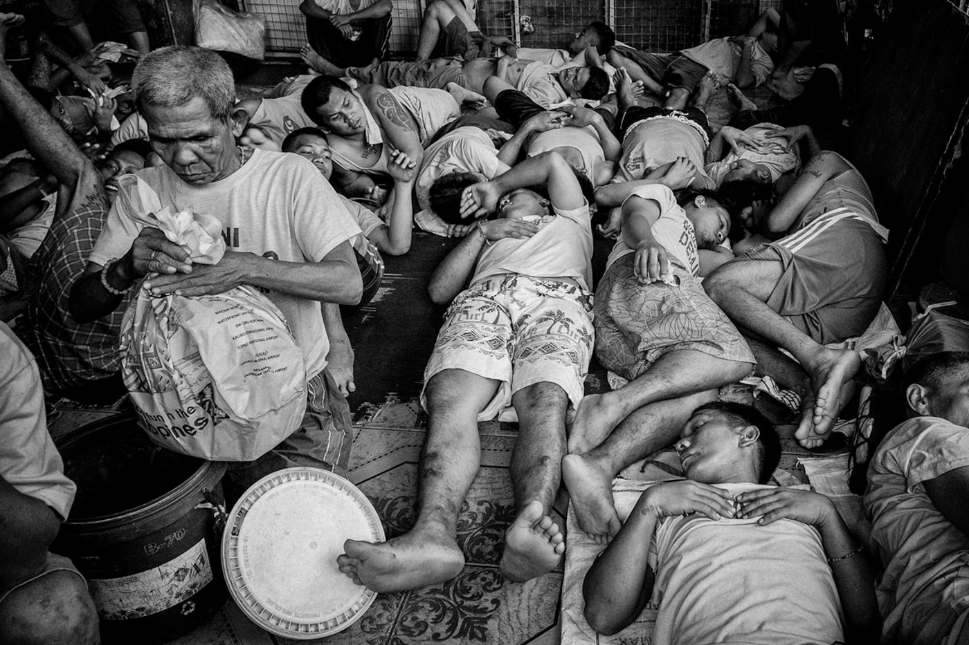 SLEEPING SCHEDULE. Inmates take turns sleeping in an overcrowded jail cell. Photo by Rick Rocamora