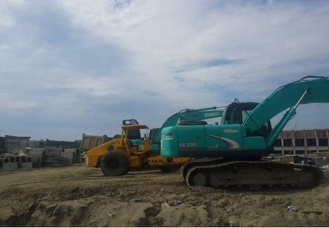 Alat berat dan ruko setengah jadi yang dibangun PT Kapuk Naga Indah di Pulau C dan D. Foto oleh Uni Lubis/Rappler