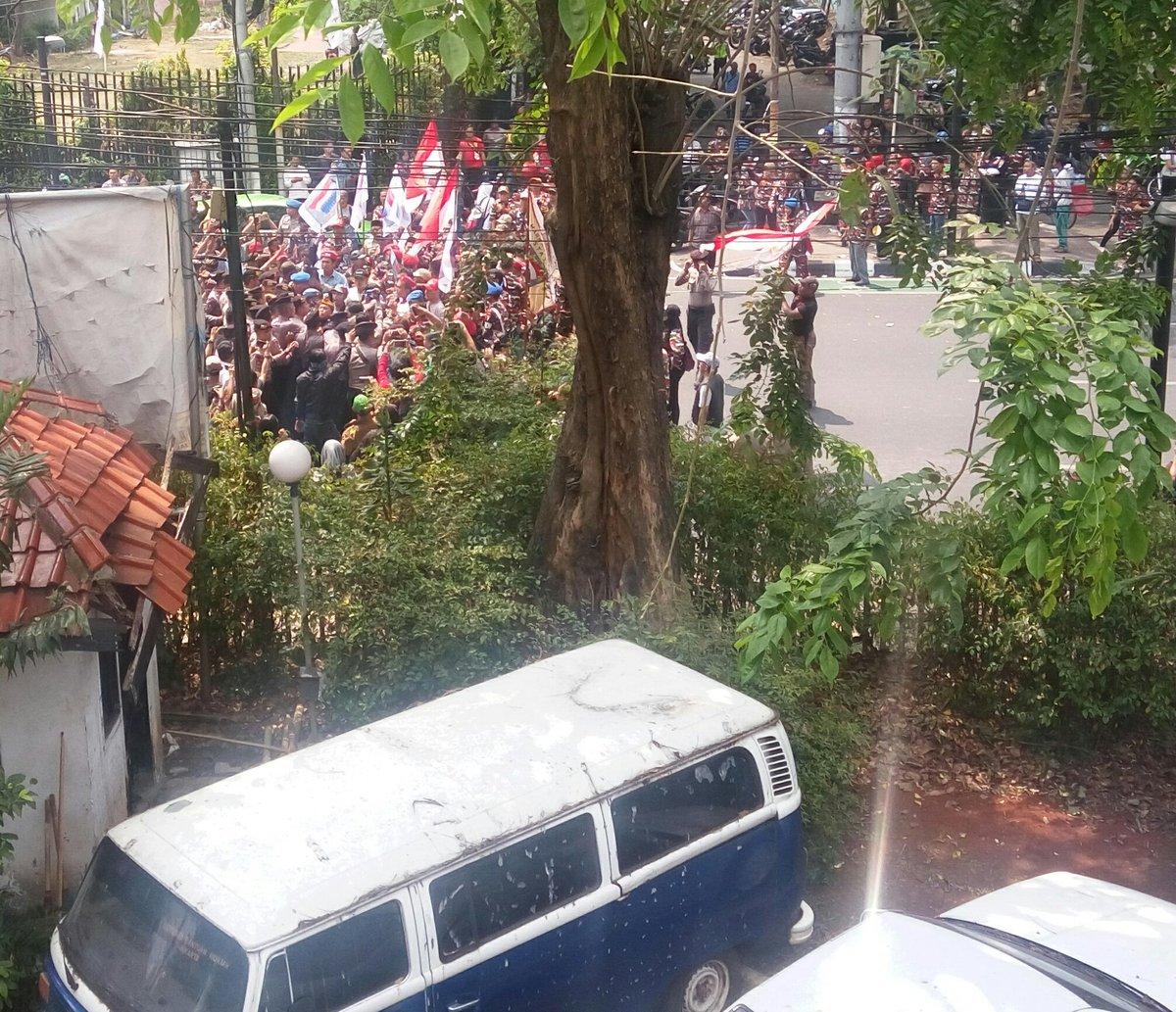 DIGERUDUK. Massa ormas mencoba menggeruduk masuk kantor LBH Jakarta pada Sabtu, 16 September. Foto diambil dari akun Twitter @LBH_Jakarta