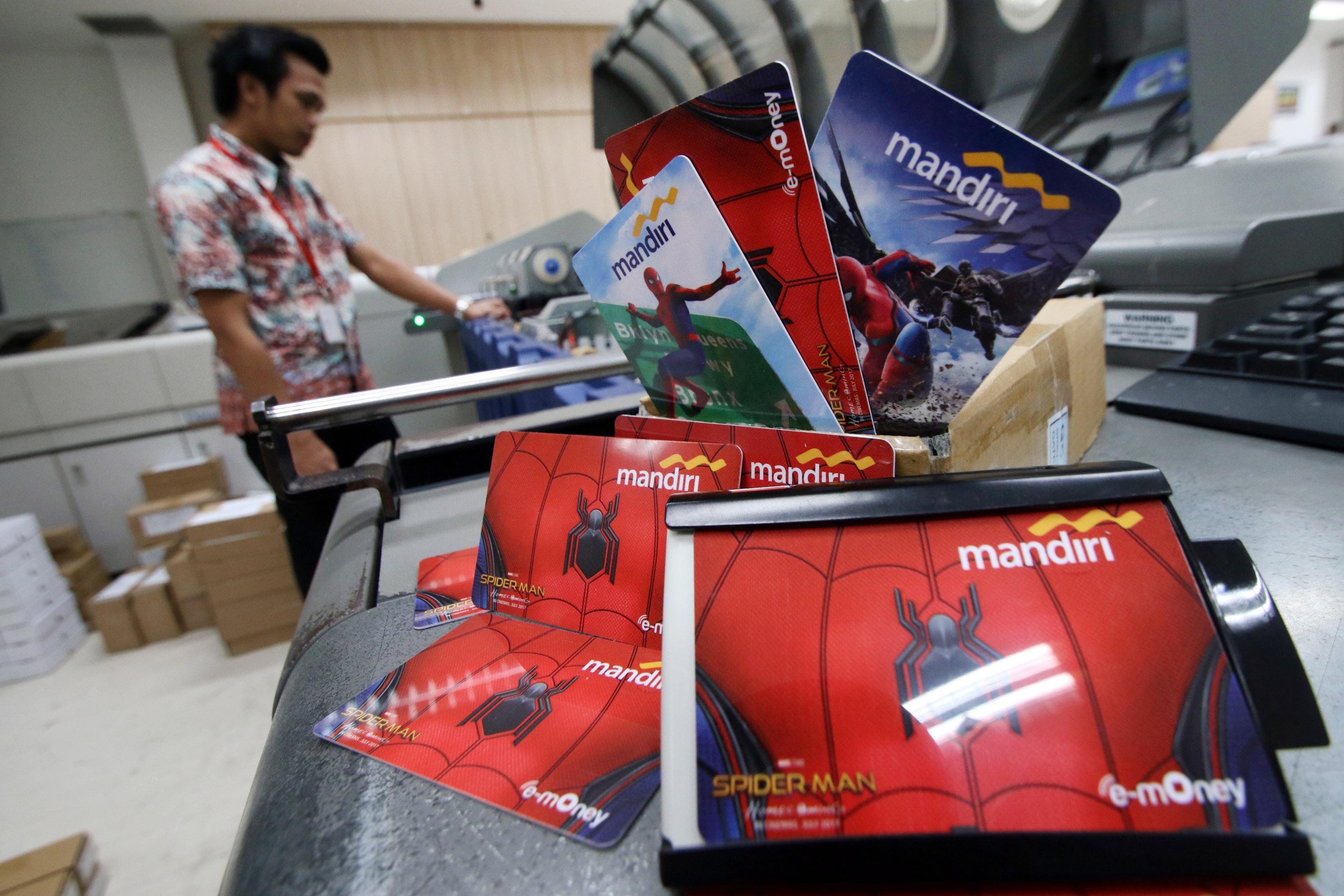 KARTU NON TUNAI. Petugas melakukan pengisian data pada u0022e-moneyu0022 atau kartu transaksi non tunai di Sentra Mandiri, Jakarta, Senin, 18 September. Foto oleh Rivan Awal Lingga/ANTARA