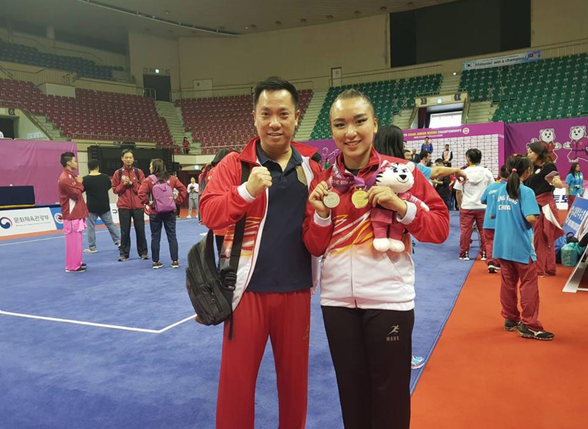 MEDALI EMAS. Nadya Permata Setiawan (kanan) berhasil meraih medali emas di kejuaraan yunior di Asia pada 21 September lalu. Foto diambil dari akun Facebook