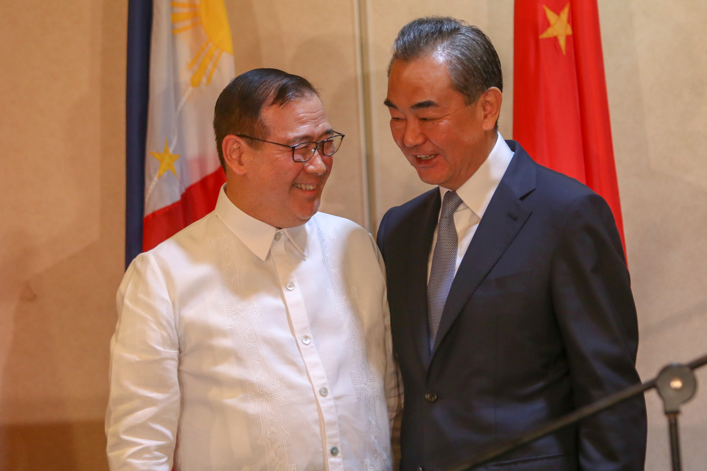 TOP DIPLOMATS. Philippine Foreign Secretary Teodoro Locsin Jr (left) and Chinese State Councilor and Foreign Minister Wang Yi share a light moment during the latter's official visit to Davao City, Philippines, on October 29, 2018. Photo by Manman Dejeto/Rappler