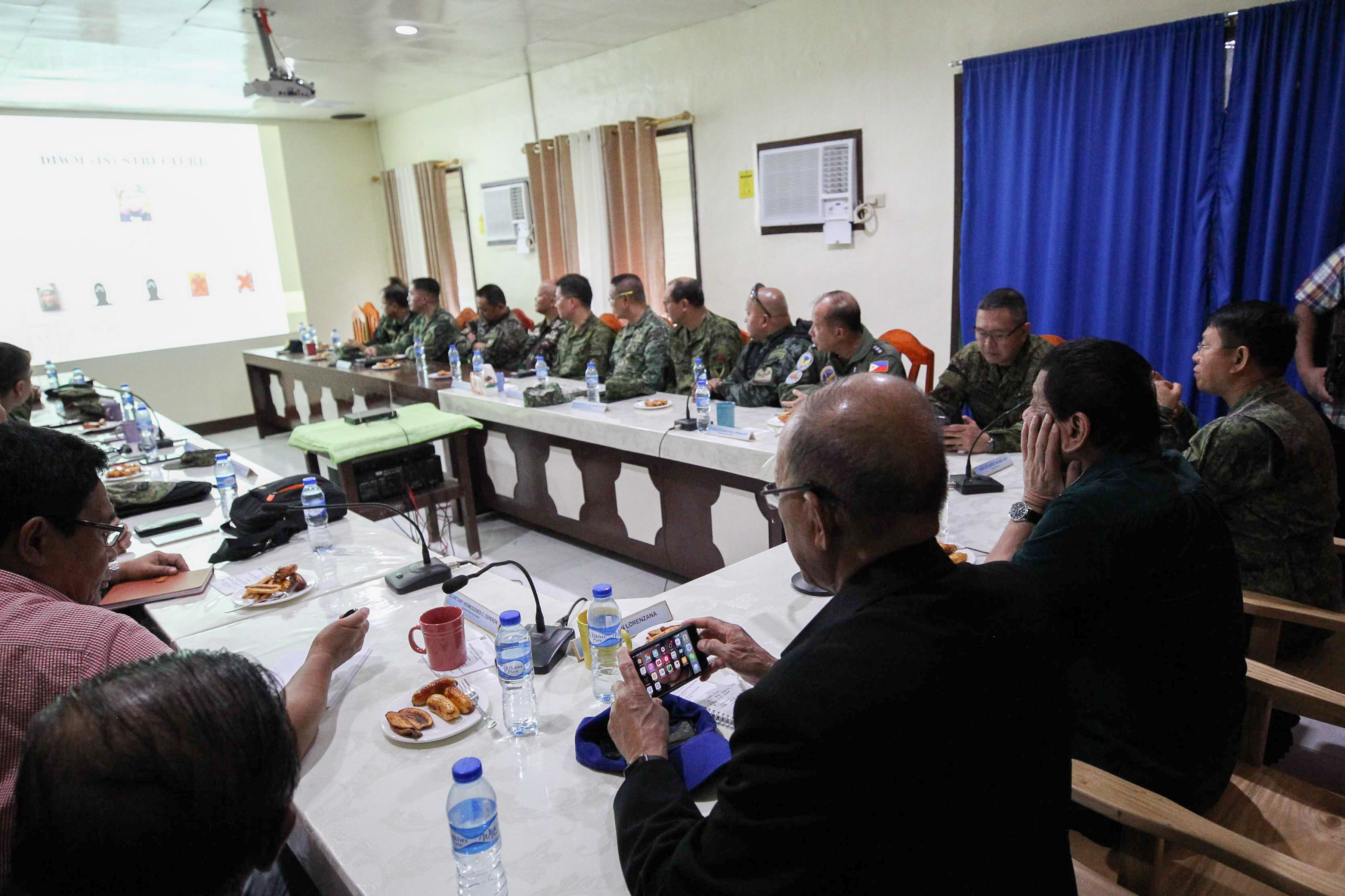 BRIEFING. President Duterte is given a briefing on the Marawi situation on May 26, 2017. Presidential Photo