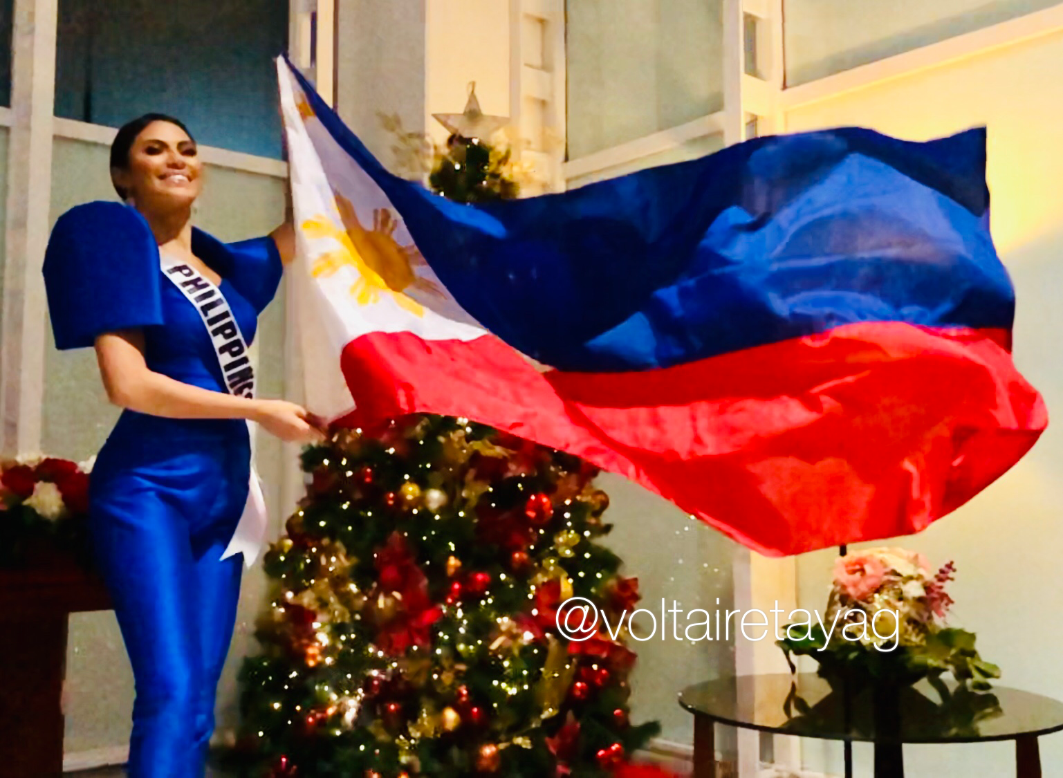 FOR THE PHILIPPINES. Gazini waves the Philippine flag at the VIP Lounge of the Ninoy Aquino International Airport.